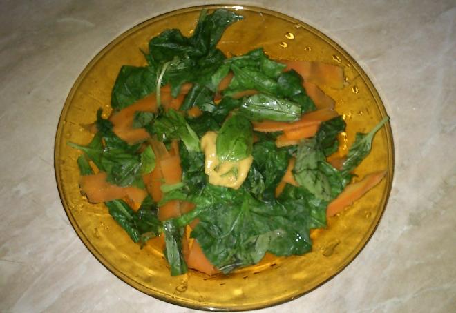 Сладка спаначена салатка